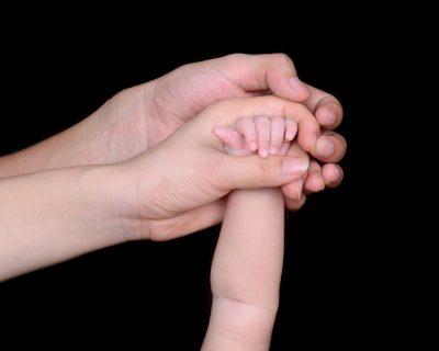 mano di bambino mano di adulto